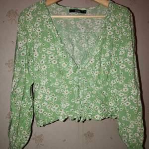 Supersöt tröja från bikbok är i bra skick tyvärr är en av knapparna trasig men ingenting som syns säljs då den tyvärr inte passar,den är i bra skick och bara att skriva vid frågor,frakt tillkommer🥰