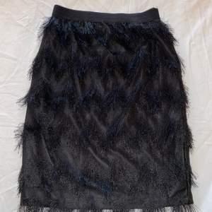 Svart kjol med fransar