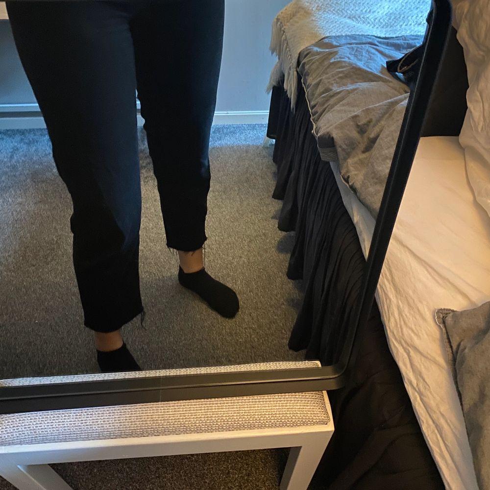 Svarta snygga jeans från NAKD. Supersköna men använder tyvärr inte längre😊säljer för 100 + frakt💓⚡️🤛🏻. Jeans & Byxor.