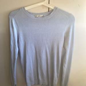Ljusblå tröja från zara som inte kommer till användning. Fint skick men lite nopprig. Fina pärlor vid ärmarna!