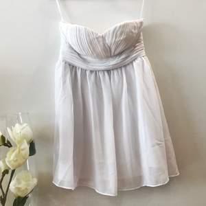 Otroligt fin vit klänning från Model Behaviour ✨
