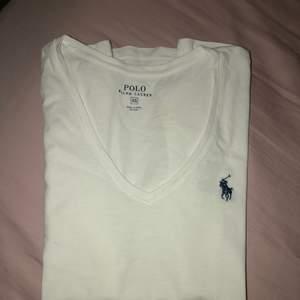 T-shirt från polo Ralph Lauren i storlek XS men passar även mig med S. Endast använd 2 gånger i USA där den är inköpt. Pris kan diskuteras!