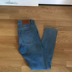 """J.Lindeberge """"Grete"""" jeans. Supersköna stretchjeans i stl.27, passar en small perfekt!  Mid rise- slim fit. Använda endast en gång så säljes i mycket fin skick!  (Nypris ca 1200)  Köparen står för frakten."""