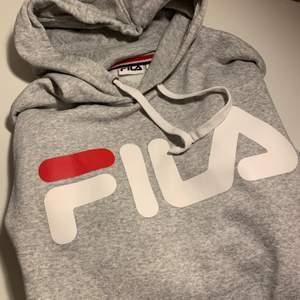 Grå Fila hoodie i storlek S. Lite oversized.