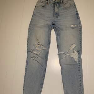 Ett par jättefina ljusblå mum jeans med slitningar o hål på från zara. Jättefin färg och perfekta hål. Jeansen är som nya och väldigt användbara.