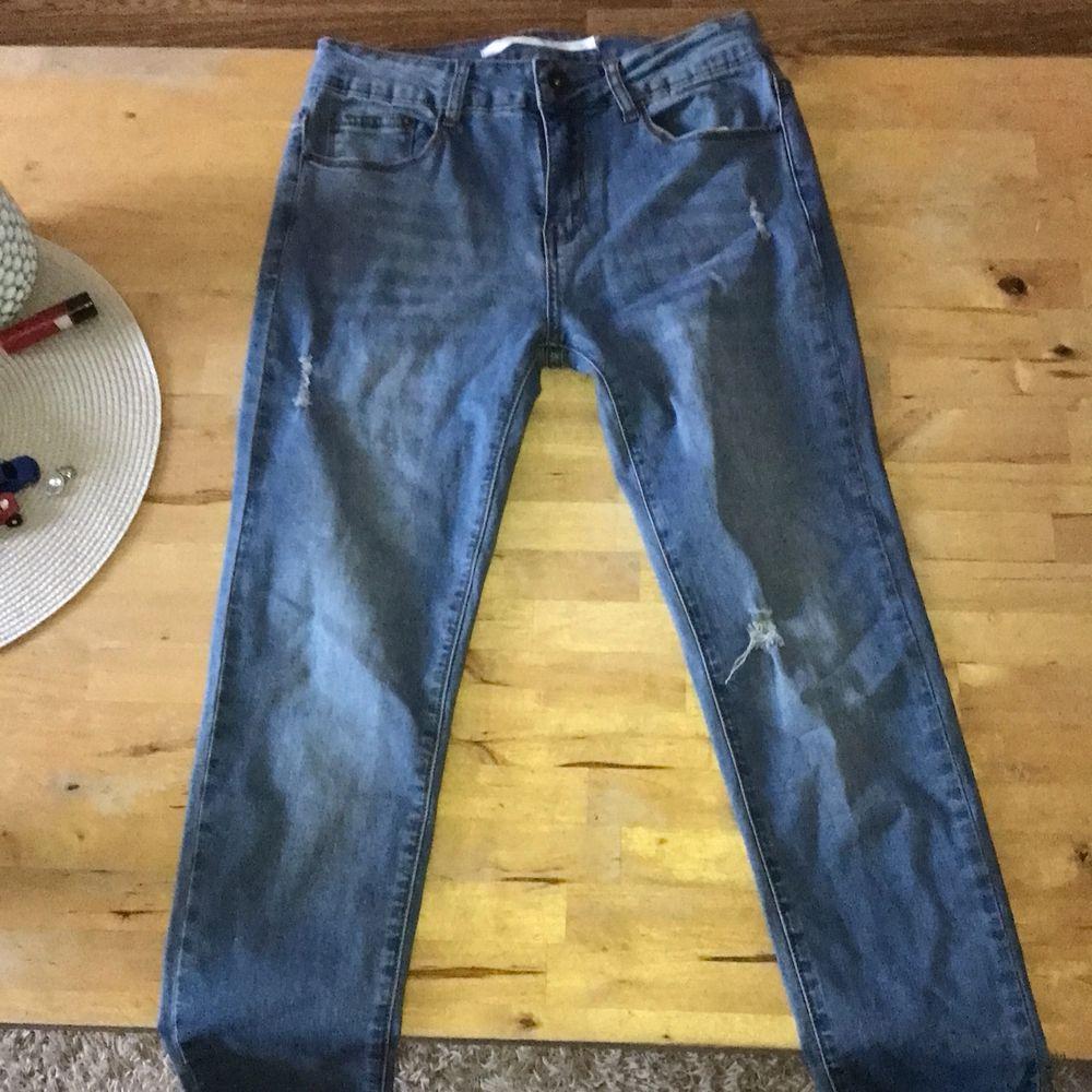 Säljer dessa jeans då jag inte använder dom, har använt en gång, sköna men sitter tajt på min rumpa, hör av dig om du har några frågor eller vill ha fler bilder, Köparen står för frakt, kan mötas upp i jämtland.🤍. Jeans & Byxor.