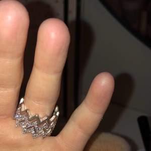 """tre populära ringar från hm, två är glittriga med """"diamanter"""" och en är silverfärgad helt slät🤍(inte äkta silver därav är de gröna på något ställe men syns inte jättetydligt) !! 100kr för alla tre💓💓säljer då de är för stora för mig som annars har xs/s"""