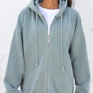 säljer denna helt oavända och slutsålda zip up hoodie från brandy melville. färgen är Teal och storleken är onesize men den sitter oversized på allt från xs-m/l. lappar kvar då den som sagt är helt oavänd. köpt för 380kr!!!
