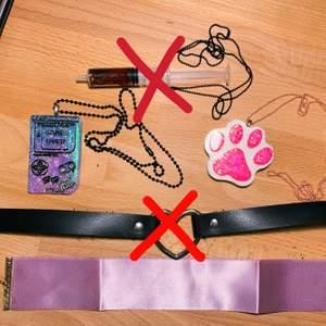 Tass halsband 🐾 , Gameboy halsband 🕹 - Handgjorda smycken köpta på konvent 💖 Dem kostar 50kr styck (går att diskustera). Chokers: 25kr styck. Vecken på den lila kommer från att den är oanvänd. 💕 Tveka inte att skriva för mer info! 💖