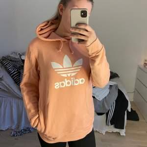 Aprikosfärgad hoodie från adidas. Använd fåtal gånger.