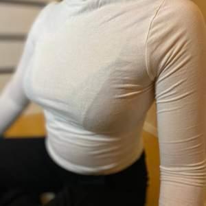 Långärmad polo tröja i tunt material. Kragen går att vika ner som du vill. Säljer pga fel storlek