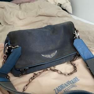 Säljer min älskade Zadig & Voltaire Rocky Suede väska då jag bytt stil. Nypris för väskan är ungefär 3500kr så säljer den för 1500 kr eftersom den inte är i nyskick🥰 Den är blå men mer i grå/blå, kan självklart skicka fler bilder