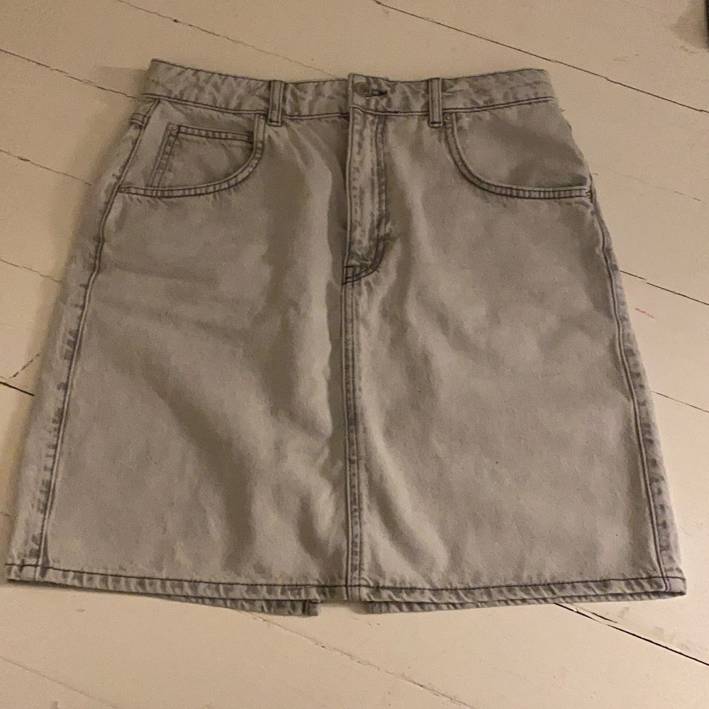 """Superfin Ljus gråblå """"mom denim skirt"""" från ginatricot🤍  aldrig använd men säljer då det ej är min stil längre, nypris:399kr🤍. Kjolar."""