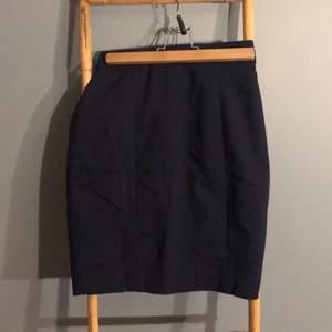 Tajt kjol i kostym material från hm. Knappt använd med slits och dragkedja där bak.
