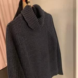 Marinblå stickadtröja i strl S från vermoda 💕 köpt för längesen men superbra kvalite!! Buda i kommentarerna 🤍🤍 köparen står för frakt