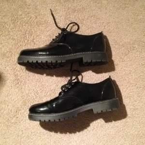 Svarta Dr Martens liknande skor, köpta på din sko för 499kr Använda ett fåtal gånger