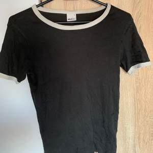 En mörkgrå t-shirt från Gina i strl s. Skriv vid frågor/fler bilder:)  Köpare står får fraktkostnad♥️