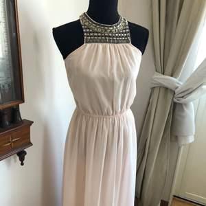 Superduper vacker klänning ifrån Vila, använd en gång. Perfekt till skolavslutning!🌸🌸