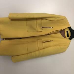 Säljer en kappa från Zara för 150kr, den behöver tvättas men fint med gul till våren!:)))