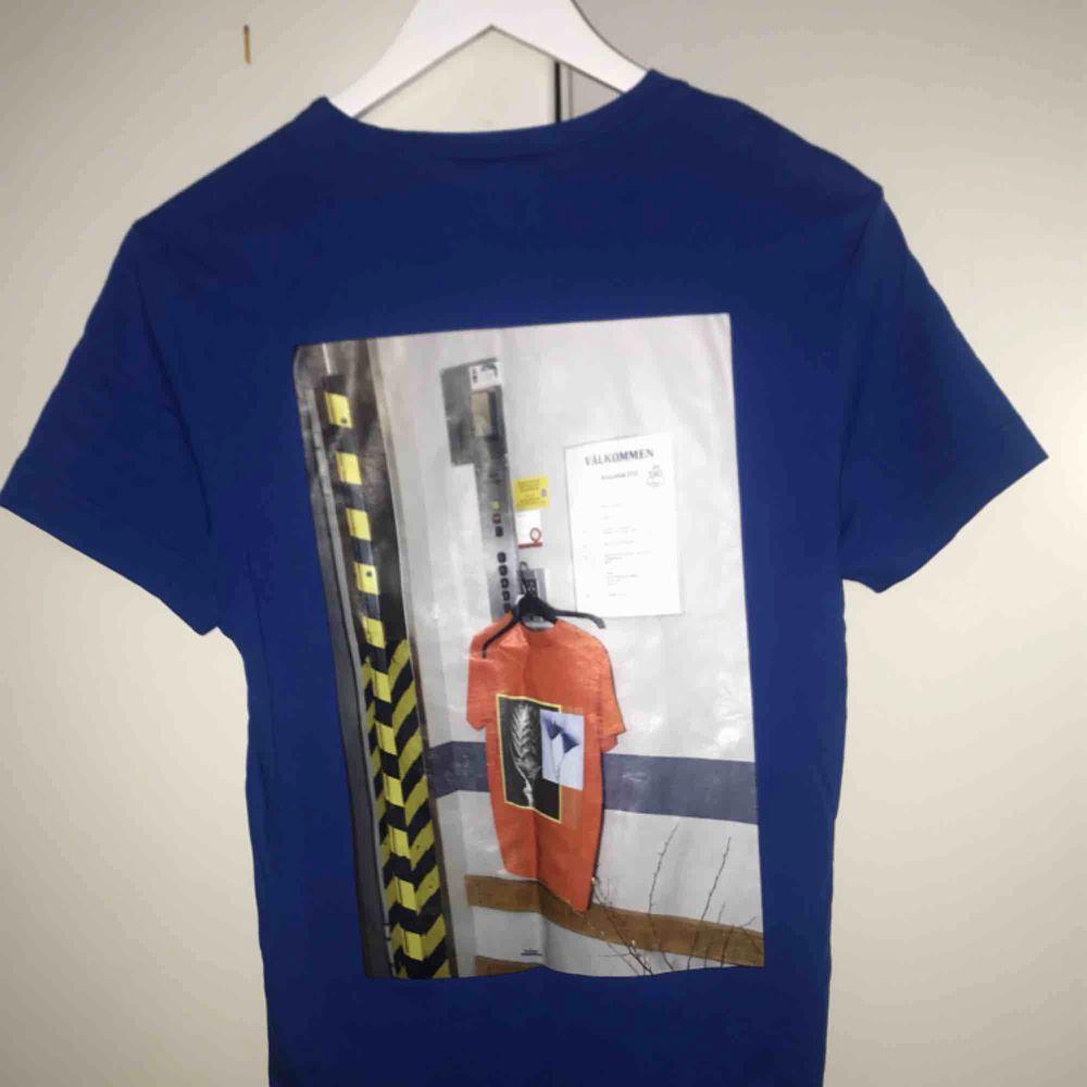 Ascool t-shirt från weekday från någon collab tror jag!! Tryck på fram och baksida. Möts ENDAST upp i stockholm, fraktar ej! . T-shirts.