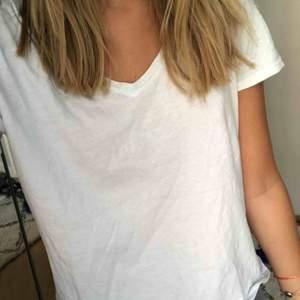 T-shirt med v-neck från Zara.