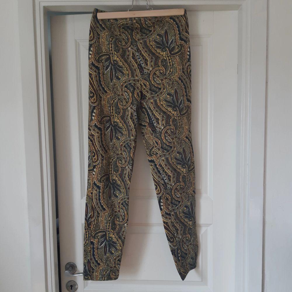 Jättefina manchesterbyxor som aldrig kommer till användning. Dragkedja baktill. Köpt på beyond retro. Jeans & Byxor.