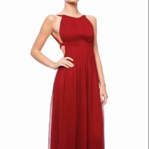 Säljer min vinröda klänning jag bar på balen från By Malina. Org. Pris 4000. Obs! Klänningen är uppsydd så den når precis marken med mina 165 cm. Är öppen för bud :)