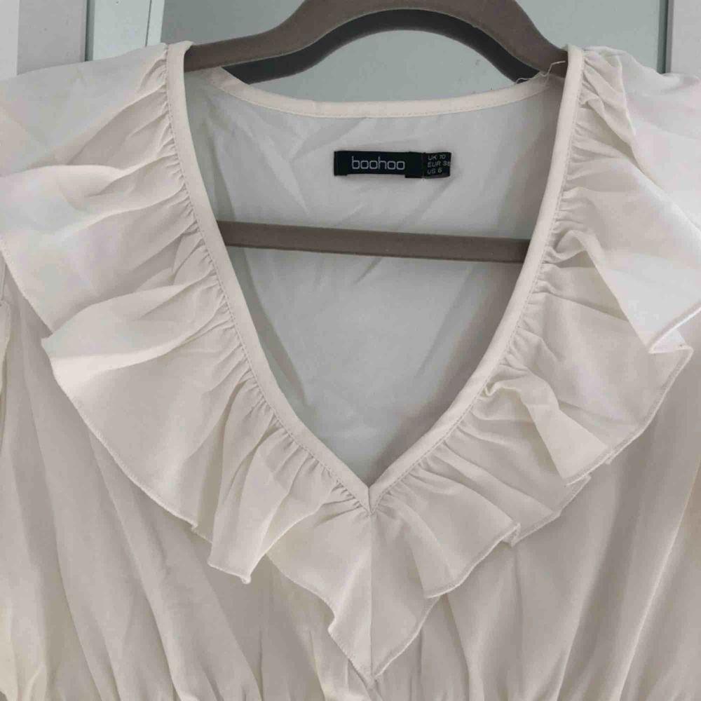 Oanvänd Vit cold shoulder blus från boohoo med en mesh korsett för en fin figur 💖 frakt ingår i priset. Blusar.