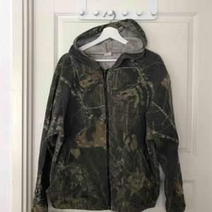 Snygg hoodie i storlek XL, väldigt snygg att använda som oversize. 100kr + frakt eller mötas upp i Stockholm
