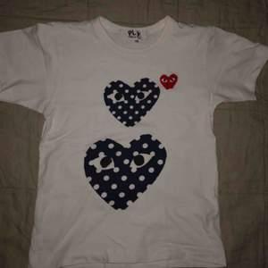 Väldigt fin och skön T-shirt från comme des garcons play! Fick den i present men tyvärr var den för liten.  Original pris: 750kr Kan mötas upp i Stockholm och även frakta, frakt 30kr😘