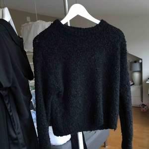 """Svart, stickad """"knitwear"""" från MTWTFSS - WEEKDAY i storlek S. Rundad hals med långa ärmar. Använd FÅTAL gånger & är i FINT skick! Inga hål osv."""