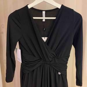 Svart jumpsuit, ALDRIG använd! En jumpsuit som är snygg men ändå skön 92% Polyester 8% Elastane Prislapp finns kvar, köpte för 499kr & säljer nu för 200kr