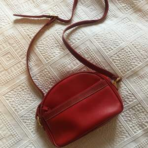 No brand, vintage  Good condition  One zip pocket on the front and one pocket on the back  Perfect for phone, make up, wallet and cards.