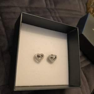 Säljer ett par super fina hjärtformade örhängen från Edblad som passar till alla tillfällen. Örhängena har inte kommit till någon användning så dom är helt nya💕 Dom är i rostfritt stål och nickelfria ✨