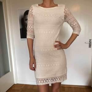 Säljer två likadana vita klänningar i spets från Mint & Berry, som jag tyvärr inte fått användning för. Den på bild är i storlek 38, men har även en i storlek 36. Om man vill ha båda klänningarna kan man få paketpris. Angivet pris är per styck.