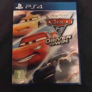 """Cars 3 """"Driven to Win"""" är den nyaste utgåvan inom Disneys Cars spel. Spelet är baserat på filmen Cars 3 och har blivit mycket framgångsrikt, frakten kostar 19kr! Nuvarande bud: 0kr Köp nu pris: 79kr"""
