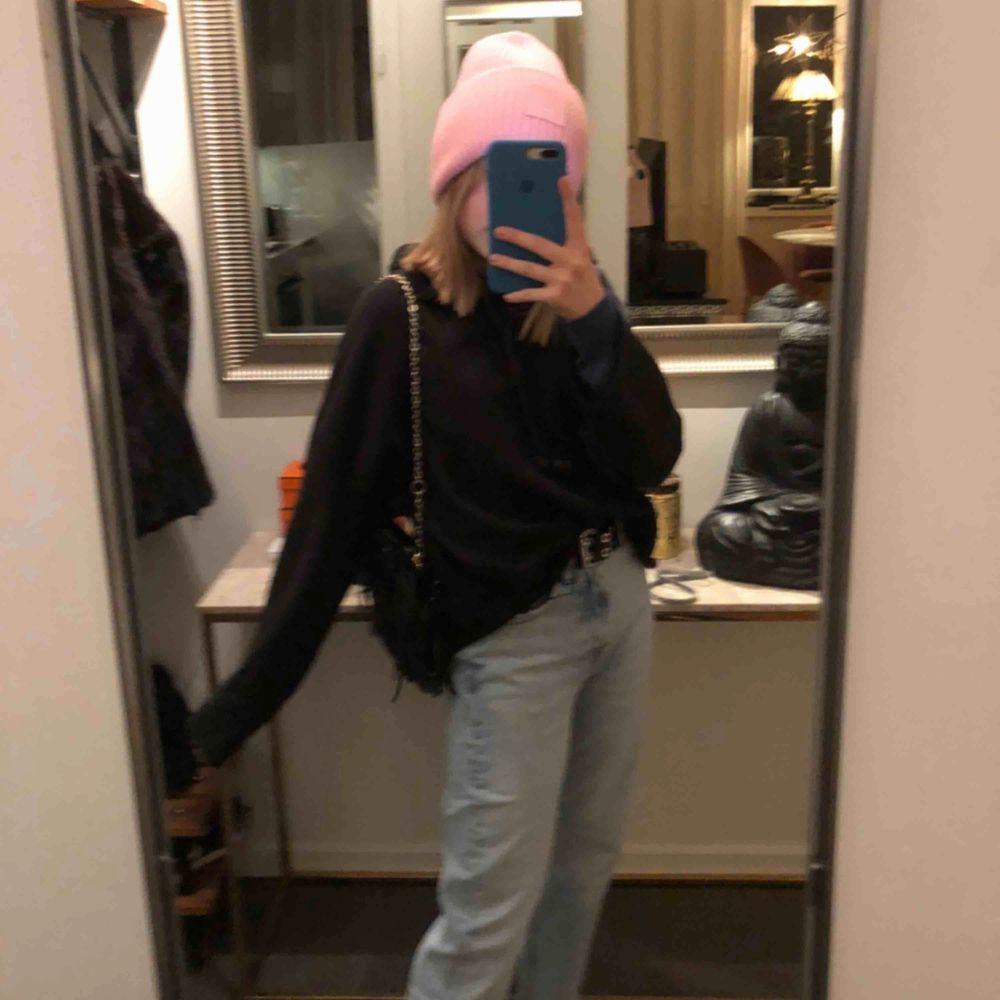 Säljer en väldigt snygg svart hoodie ifrån Zara som är köpt för länge sen. Den har lite större armar som går ut längst ner. . Huvtröjor & Träningströjor.
