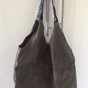 Väska i mockaimmitation från Kappahl. För snabb och smidig affär använd Swish. Kan även mötas upp i centrala Göteborg.