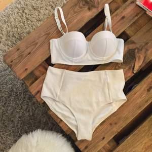 Jättefin bikini från H&M trend med högt skuren midja och creppat material. Är inte använd då den var för liten för mig.