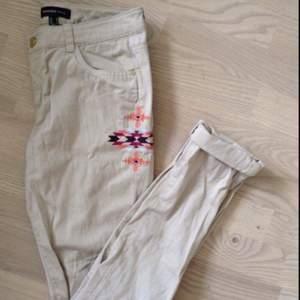 Aldrig använda stretchiga beige jeans från Mango med broderad detalj på sidan.