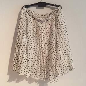 Söt somrig kjol med prickar.