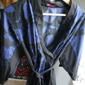 Kimonoblus med blomm-mönster!