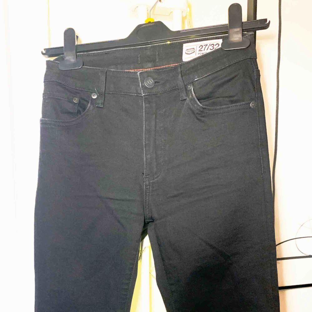 Utsvängda Jeans från crocker. Modellen är tight upptill och skarpt utsvängd nertill, snygg till det mesta. Ett måsteplagg i garderoben. Knappt använda . Jeans & Byxor.