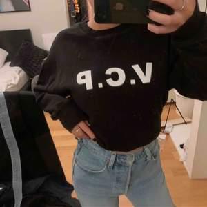 Snygg svart tjockare college tröja från Visual Clothing Project