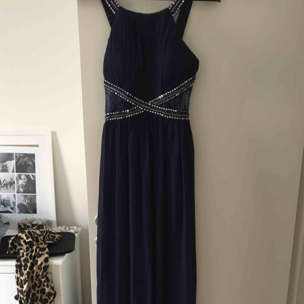 Lång klänning som passar utmärkt till bal och liknande  Aldrig använd pga beställde fler men har ej skickat tillbaka denna igen! Kan mötas upp i stockholm eller frakta . Klänningar.