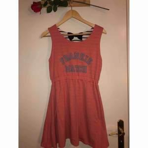 Jättefin och skön klänning som man kan vända och då få 2 olika mönster!! Köpt på en affär i Japan i Harajuku!