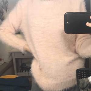 Mysig ljusrosa tröja i väldigt skönt material från love knitwear i storlek L men skulle säga det är en S