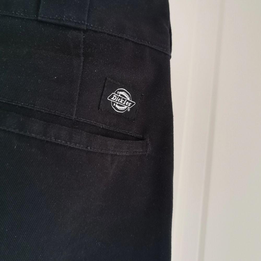 Använt men fortfarande fräscht skick, någorlunda rak passform dock smalnar de till en bit vid anklarna. Klassisk dickies byxa kvalité. . Jeans & Byxor.