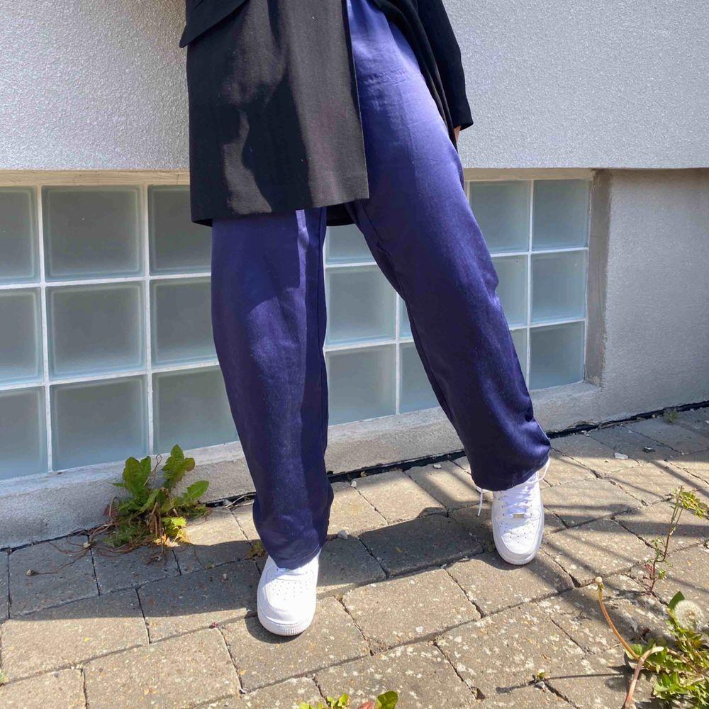 Blå byxa knyta med snören vid midjan, superskönt, asnajs färg. Jeans & Byxor.