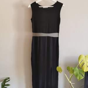 Snygg figursydd långklänning med mesh tyg vid midjan. Köpte den utomlands för något år sen men aldrig använd. Okänd märke. Köparen står för frakt.
